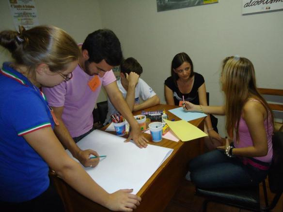 Grupo reunindo ideias