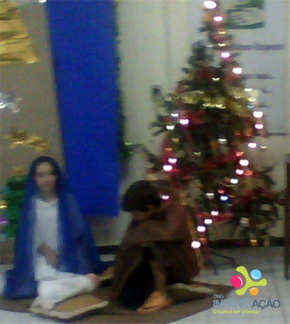 Crianças representaram Maria e José, com roupas emprestadas de uma das voluntárias