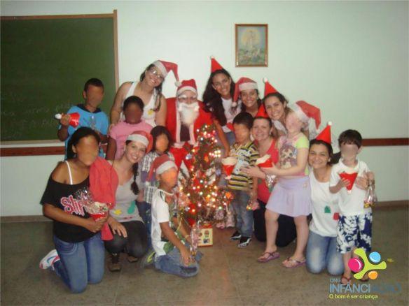 Algumas das crianças presentes, com os voluntários.
