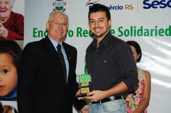 João recebendo a homenagem juntamente com o gerente do Sesc-SM, Pedro Cezar Saccol Filho. Foto: Focus Produtora.