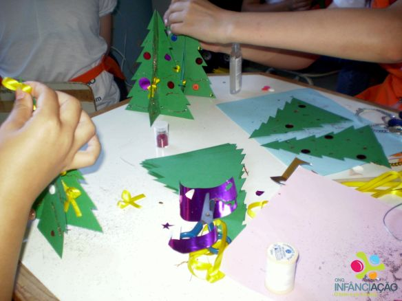 Voluntários e crianças enfeitaram pinheirinhos de Natal