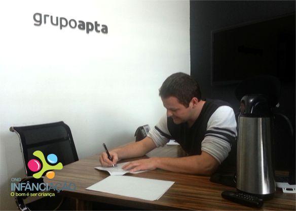 Victorio Venturini, sócio do Grupo Apta, assina contrato como apoiador premium da ONG
