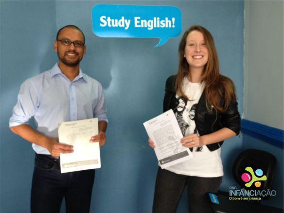 Teacher Pyta e Laura (membro do Núcleo de Comunicação), com os novos contratos