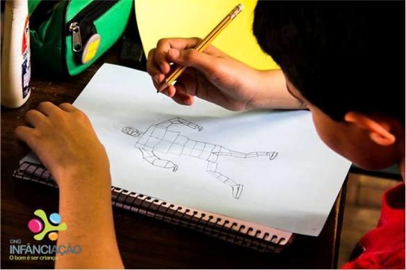 Aluno que só sabia desenhar com palitinhos segue dica de designer e transforma seu traço. Fonte: Orlando Fonseca