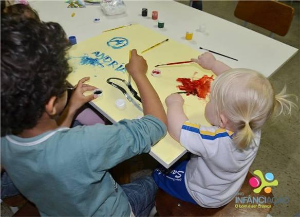 Crianças do AE brincando com tinta